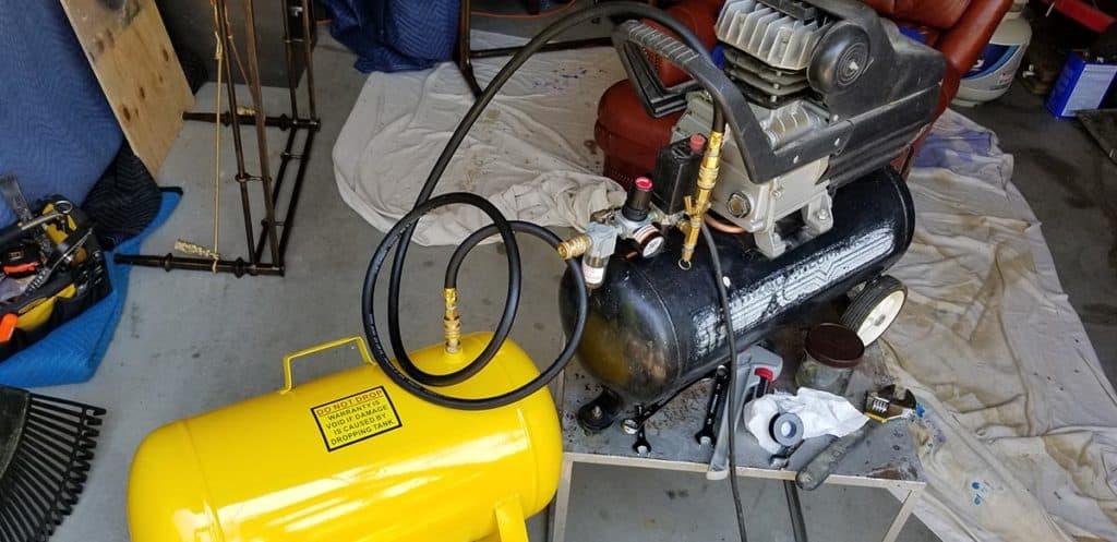 Spray paint gun auxiliary air tank higher cfm